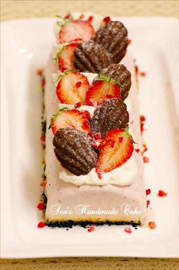 小小巧克力乳酪玛德琳和长条草莓慕斯